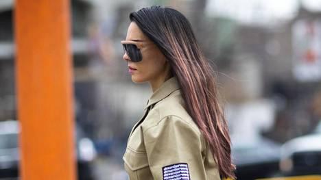 Tummista hiuksista saa feikattua tyven piiloon esimerkiksi tummilla suihkeilla.
