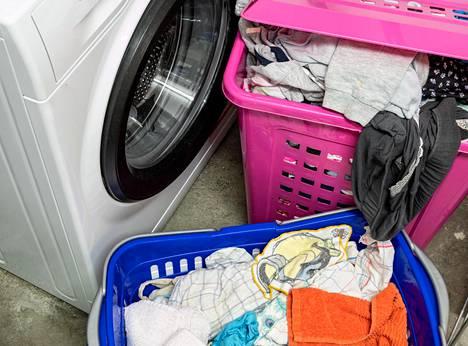 Pyykkikoneen käytön voi joutua opettelemaan vasta aikuisena, jos on ylihuolehtivan vanhemman lapsi.