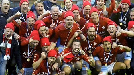 HIFK:n pelaaja juhlivat nousua Veikkausliigaan.