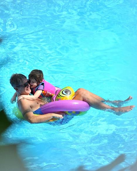 Anthony Bourdain kuvattuna tyttärensä kanssa vuonna 2012.