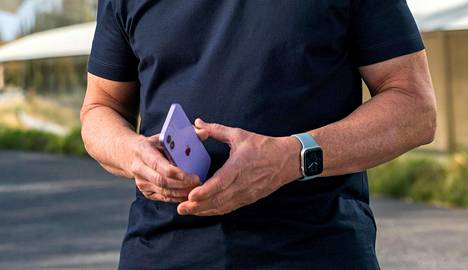 Tim Cook piteli käsissään iPhone 12:n violettia versiota.