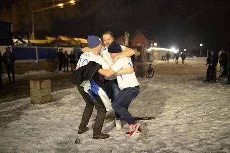 Oulun torilla oli arviolta 50-100 juhlijaa.
