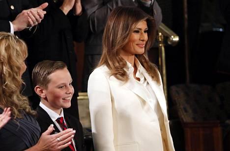 Melania Trump seurasi miehensä puhetta aitiosta käsin.