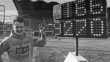 Jorma Kinnunen heittäessä ME:n 92,70 Tampereella 1969 Juha Väätäinen sai katsomosta pullon olkapäähänsä.