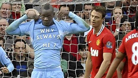 Cityn Mario Balotelli iski kaksi maalia Manchester Unitedia vastaan sunnuntaina.