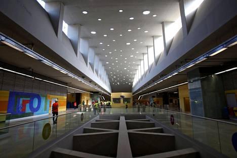 Uusi metroasema Barra da Tijucassa, jonne pitäisi päästä raiteita pitkin olympiakisojen alkuun mennessä. Olympiahankkeen investoinnit ovat keskittyneet Barraan, jossa elintaso on jo valmiiksi Norjan luokkaa.