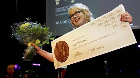 Arja Paananen voitti Suomen Kuvalehden journalistipalkinnon.