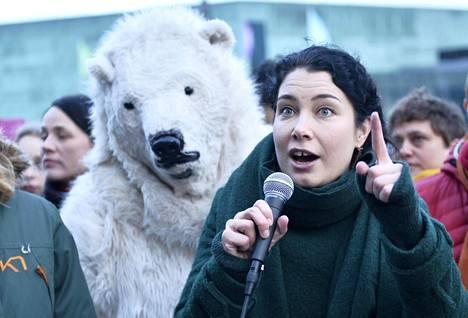 Vihreiden Emma Kari osallistui mielenosoitukseen Eduskuntatalon edustalla 11. tammikuuta. Mielenosoituksen aiheena oli ilmastonmuutoksen torjuminen.