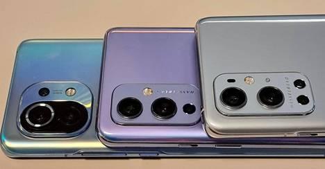 Valmistajat ovat alkaneet muotoilla myös kamerakyttyröitään. Alimpana olevasta Xiaomista tulee mieleen scifi, OnePlussasta Saksan demokraattinen tasavalta. Eniten varustelua on OnePlus 9 Prossa (päällimmäisenä), jonka kohoumassa on peräti 4 kamera-anturia, salama ja vastamelumikrofoni.