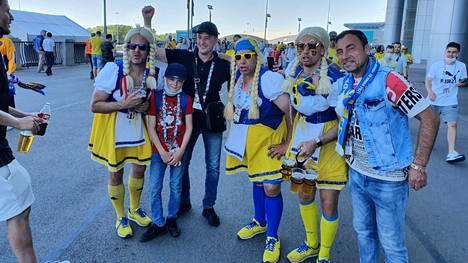 Ola Hansson (vas.) ja Anders Helgeson (neljäs vasemmalta) halusivat antaa iloa pukeutumisellaan. Venäläisfanit halusivat yhteiskuviin.