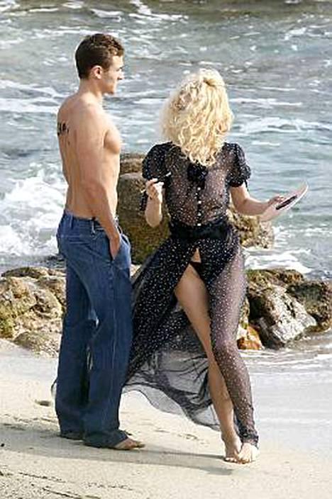 Tuuli hulmutti Claudia Schifferin hiuksia. Hänellä oli yllään Karl Lagerfeldin suunnittelema läpinäkyvä asu.