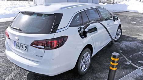 Kuluttaja oli jo ostamassa toista autoa, mutta päätyi kaasu-Astraan sen pitkän huoltovälin vuoksi. Ostajan saama tieto osoittautui kuitenkin virheelliseksi.