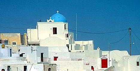 Santorini on valkoisista taloistaan tunnettu kreikkalaissaari, joka on myös suomalaisten lomailijoiden suosiossa.