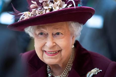 Kuningatar Elisabet on tiettävästi harmissaan siitä, ettei pääse seuraamaan vierestä Archien lapsuutta.