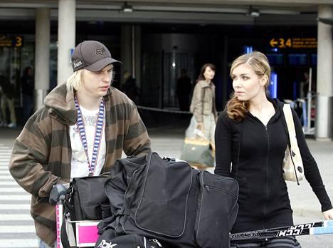 Tiia-vaimo oli Antti Pihlströmiä vastassa, kun Leijonat palasivat MM-kisoista 2008.