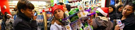 Lelujätti Toys R Us pitää ovensa auki ympäri vuorokauden USA:n ostoshärdellin aikaan.