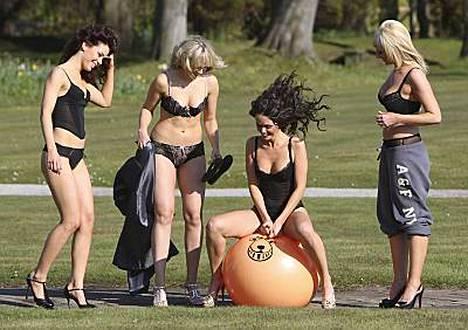 Pomppupallo sai kyytiä hehkeiltä Hollyoaks-tähdiltä.