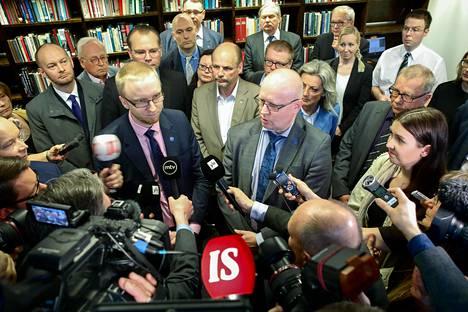 Yllätys kolme päivää puoluekokouksen henkilövalintojen jälkeen. 20 perussuomalaista kansanedustajaa erosi eduskuntaryhmästä ryhmäkokouksen aluksi ja perusti uuden eduskuntaryhmän. Ryhmään kuuluneet ministerit jatkoivat hallituksessa.