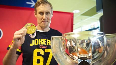 Marko Anttila esitteli kultamitaliaan ja MM-pokaaliaan Jokerien järjestämässä juhlatilaisuudessa.