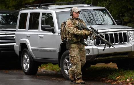 Alueella nähtiin runsaasti raskaasti aseistautunutta virkavaltaa.