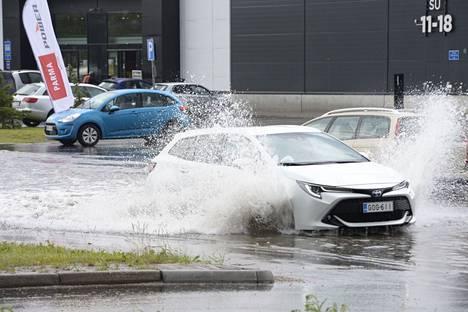 Kadut tulvivat Oulussa.