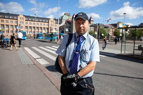 Helsingin Bussiliikenteen työntekijä Ilkka kertoi, että maskia käyttävien määrä vaihtelee kellonajan mukaan.