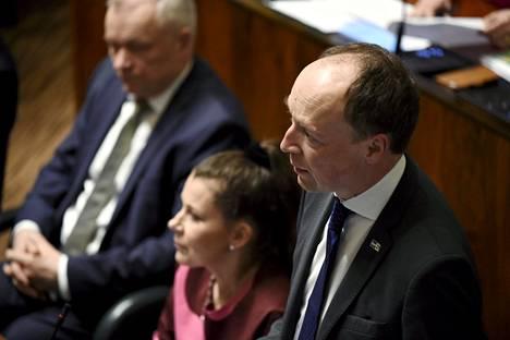 Jussi Halla-ahon mukaan hallitus värvää kavereita hillotolpille veronmaksajien rahoilla.
