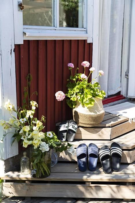 Portaita somistavat kukkamaljakot.