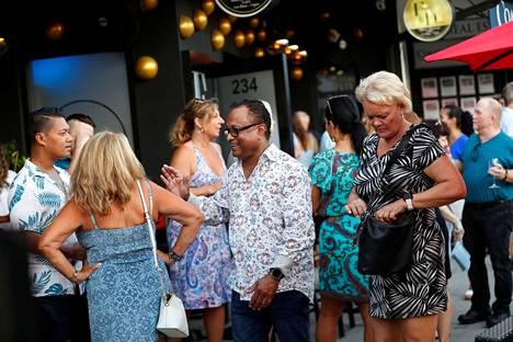 Asiakkaat nauttivat baari-illasta elokuussa Floridan St. Petersburgissa.