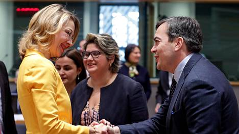 Suomen eurooppaministeri Tytti Tuppurainen kätteli Italian eurooppaministeriä Vincenzo Amendolaa marraskuussa Brysselissä.