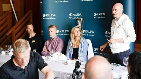 Valmennusjohtaja Jorma Kemppainen (oik.) eritteli eilen syitä, miksi Suomen MM-ryhmä on jäämässä kapeaksi. Vieressä istuivat Tero Pitkämäki (vas.), Kristian Pulli ja Kristiina Mäkelä.