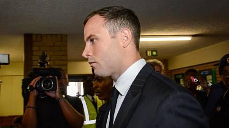 Oscar Pistorius saapumassa oikeudenkäyntiin Etelä-Afrikan Pretoriassa 13. lokakuuta 2014.