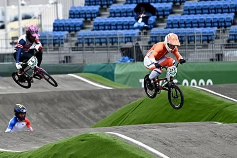 Hollannin Niek Kimmann karkasi voittoon BMX:n miesten olympiafinaalissa. Britannian Kye Whyte ajoi hopealle.