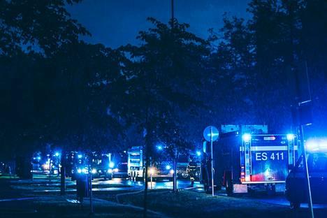 Paikallaon ollut useita pelastuslaitoksen yksiköitä, poliisi ja ensihoito.