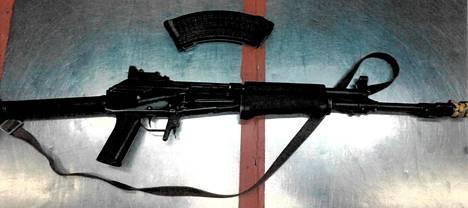 Tällä aseella onnettomuus tapahtui. Aseen päässä sysäyksenvahvistin kiinnitettynä.