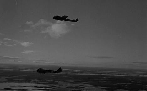 Suomalaisten pommituslaivueiden kalusto oli melko kirjavaa. Dornier- ja Blenheim-pommituskoneet matkalla kohteeseen.