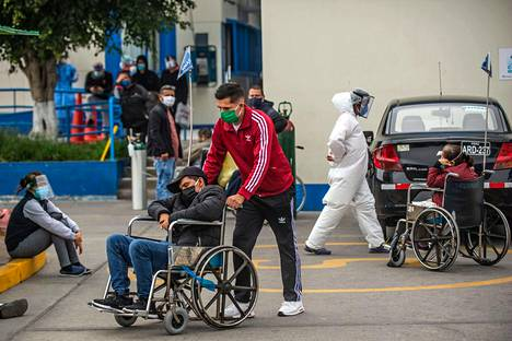 Ihmiset odottavat pääsyä sairaalaan Limassa, Perun pääkaupungissa.