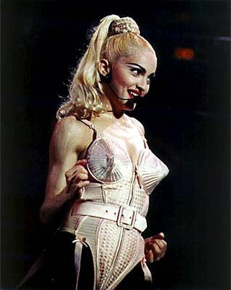 Voiko tämän tötterökorsetin unohtaa? Jean-Paul Gaultier suunnitteli vuoden 1990 Blonde Ambition -kiertueelle pophistoriaan jääneen esiintymisasun.