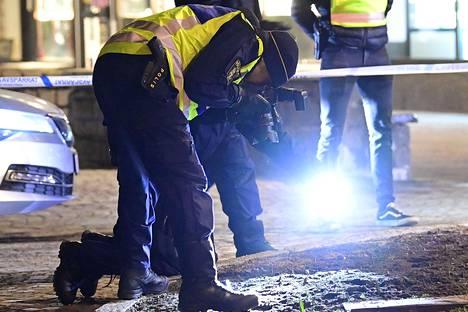 Poliisi jatkoi tapahtumapaikan tutkintaa myöhään iltaan.