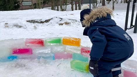 Meilahden jäälinnaa oli rakentamassa sunnuntaina 2,5-vuotias Jesse.