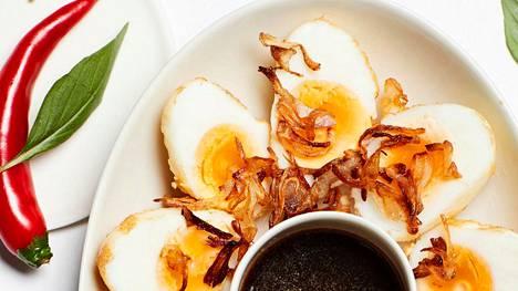 Tarjoa friteeratut kananmunat kastikkeen, thaibasilikan ja chilin kanssa.