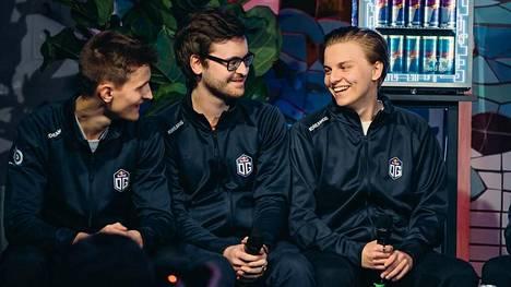 """Aleksi """"Aleksib"""" Virolainen (oikea reuna) johtaa OG:ta. Keskellä ranskalainen Nathan """"NBK-"""" Schmitt, vasemmassa reunassa tanskalainen Valdemar """"valde"""" Bjørn."""