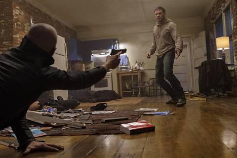 Tom Hardy näyttelee Eddie Brockia, joka joutuu vaikeuksiin jouduttuaan tekemisiin avaruudesta löydetyn aggressiivisen parasiittiotuksen kanssa.