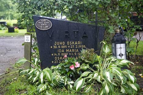 Olavi Virta lepää samassa sukuhaudassa vanhempiensa ja poikansa Paulin kanssa.