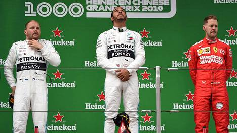 Tuttu näky viime kausilta: Mercedeksen Lewis Hamilton on voittanut F1-osakilpailun, tallikaveri Valtteri Bottas (vas.) on sijoittunut toiseksi. Tällä kertaa kolmanneksi ylsi Ferrarin Sebastian Vettel.