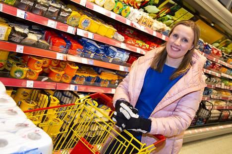 Viiden hengen perheellä ruokaan kuluu viikossa ainakin vähintään 100 euroa, Anni Ellenberg kertoo.