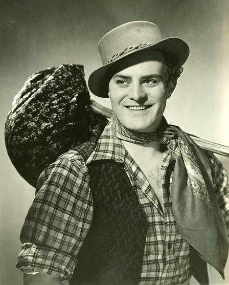 Kulkurin valssissa (1941) nähtiin Palon bravuurirooli kulkuriksi naamioituneena paronina.