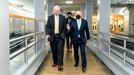Republikaanisenaattori Ron Johnson ja demokraattisenaattori Mark Kelly kävelivät senaattiin keskiviikkona.