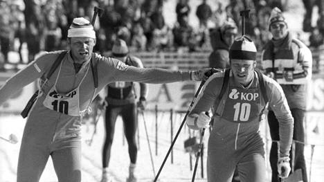 Mauri Lahtela (vas.) lähetti Erkki Lahtelan matkaan Lahden MM-esikisojen viestissä keväällä 1980.