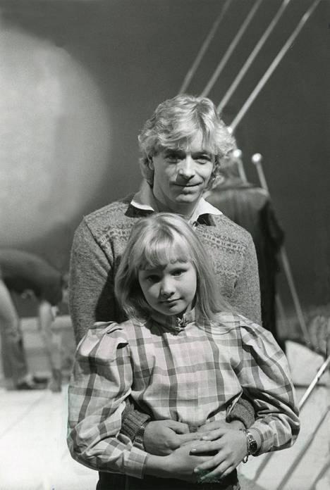 1983: Jonna Tervomaa voitti Syksyn sävel -kilpailun. Taustajoukoissa vaikutti muusikkoisä Timo Tervo (oik. Tervomaa).